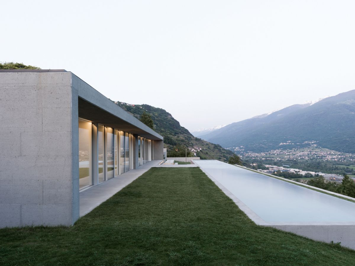 The house and the infinity pool are parallel to each other and that creates a very clean and simple aesthetic