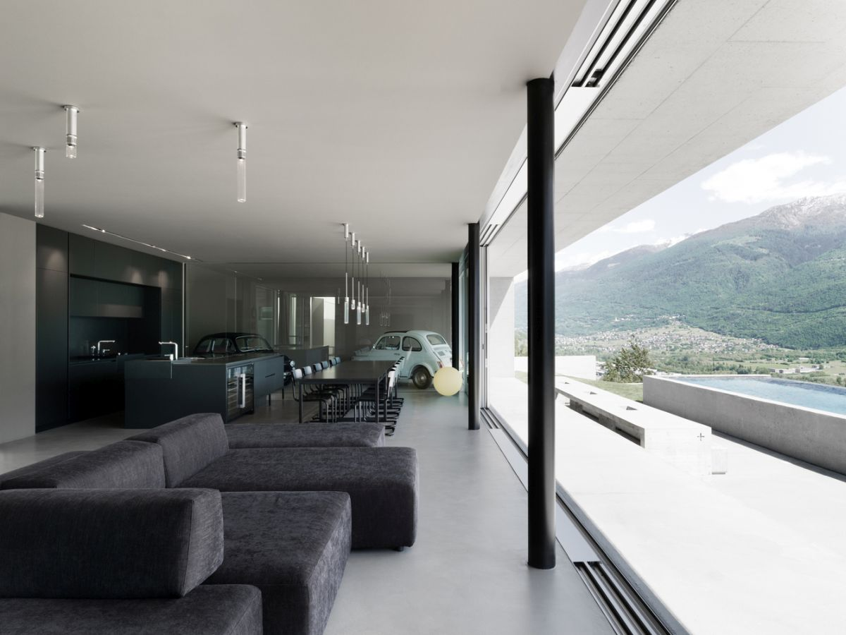 By maintaining a minimalist and neutral interior design, the architects highlight the tranquility of the landscape