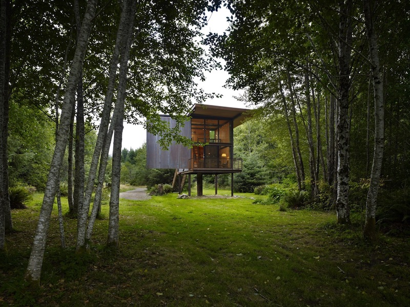 The cabin has a glazed which can be completely covered with a wooden shutter