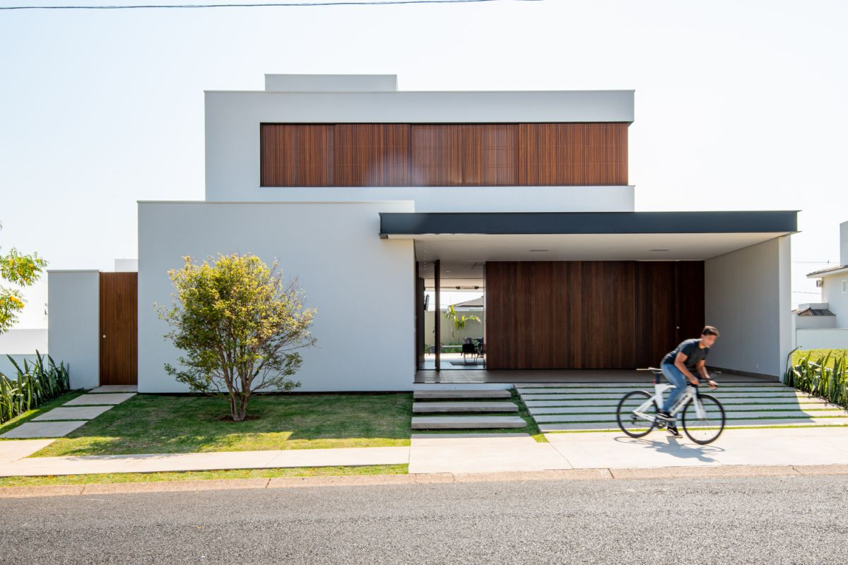 The simple and clean aesthetic suits the house perfectly, allowing it to stand out and blend in at the same time