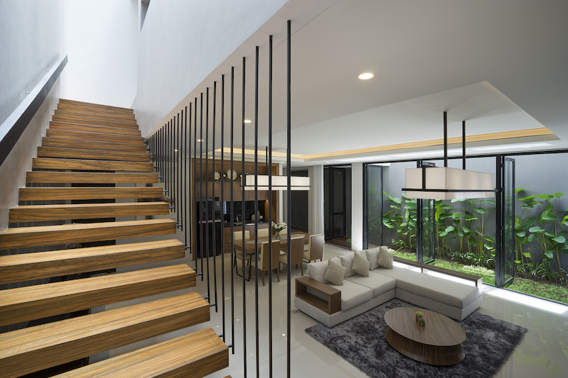 The Staircase is simple, featuring a combination of wood and metal, being designed to take up little space