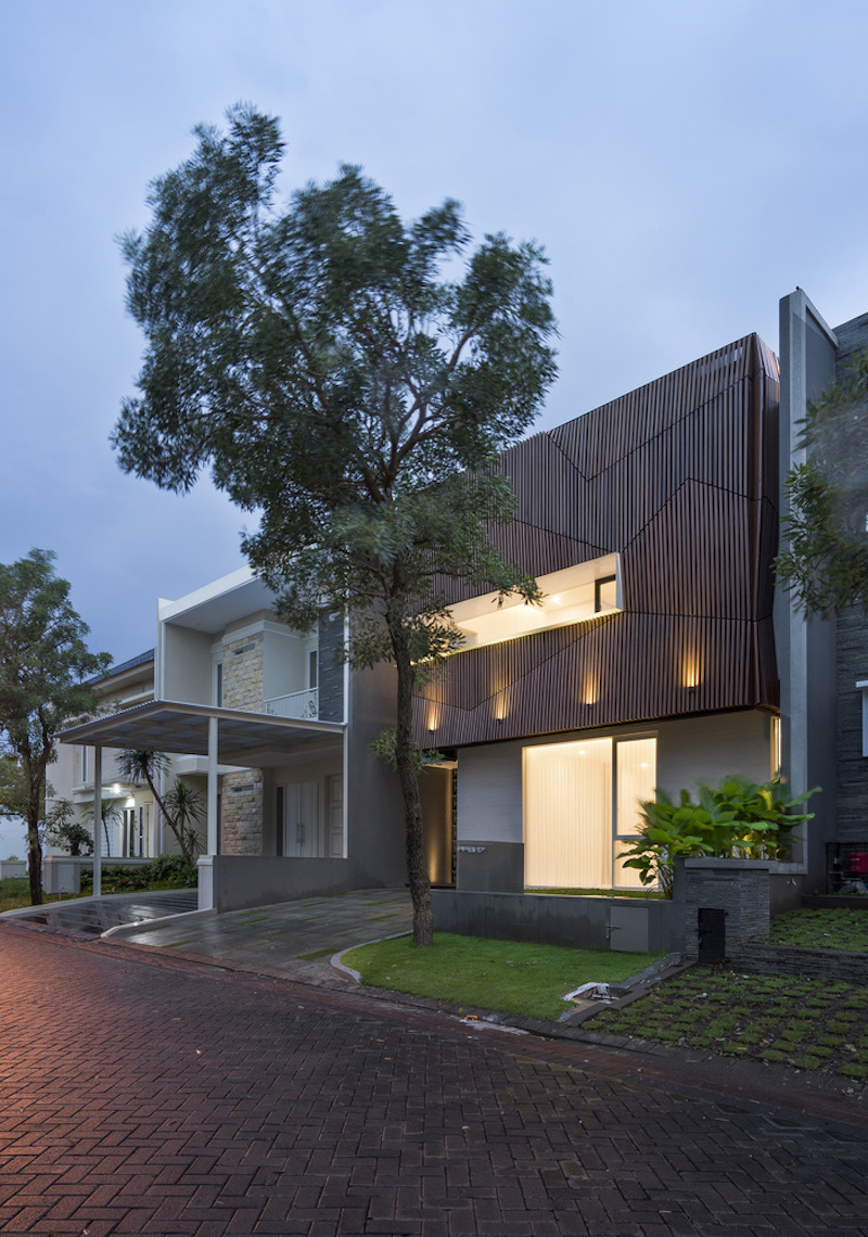 The house sits on a small site, occupying it almost to the limit, with little space between it and its neighbors