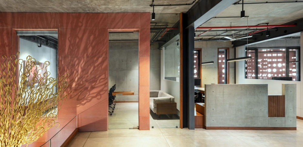 For the interior a simple and industrial-looking design was chosen