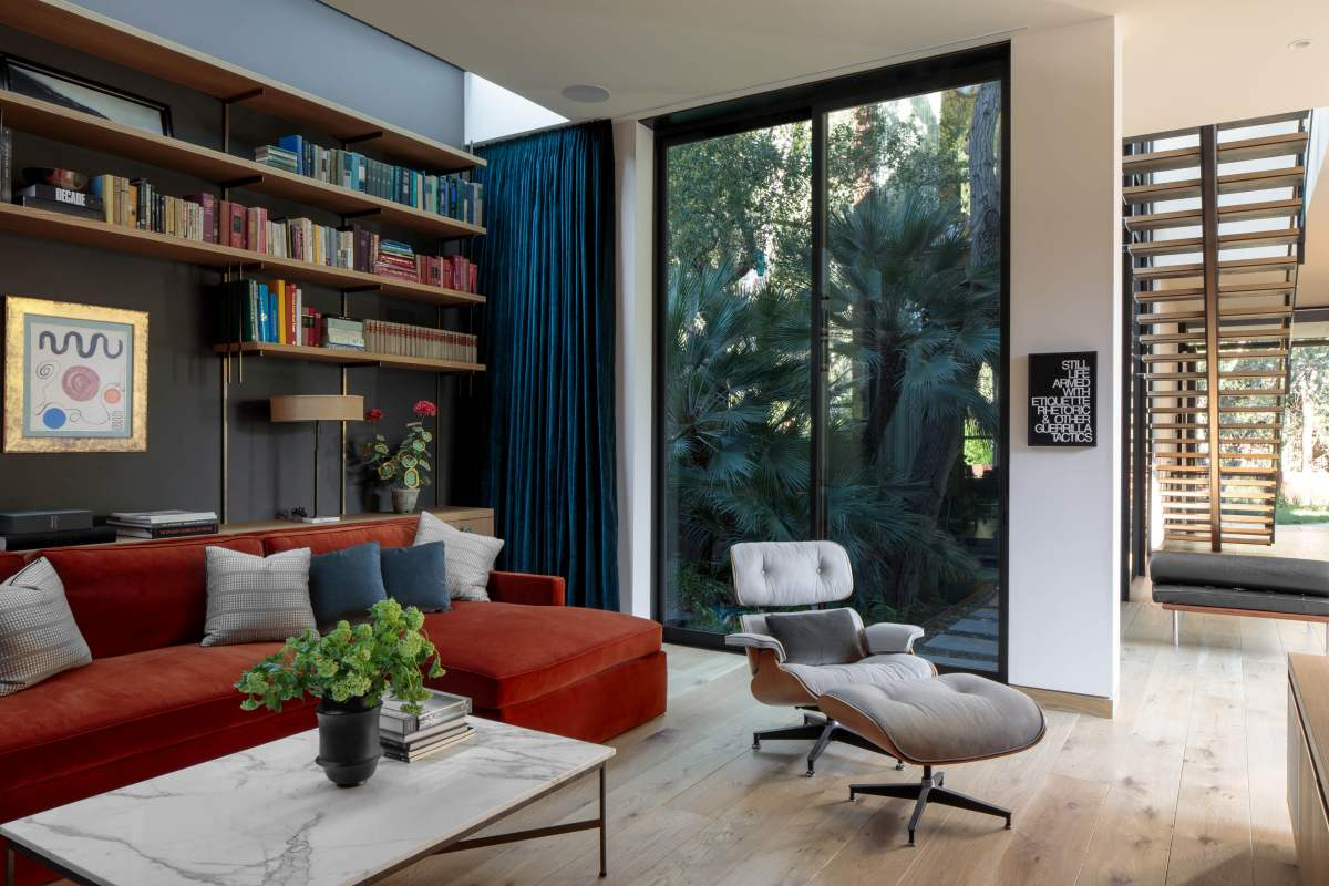 The seating area has a chic and vibrant look thanks to the bold colors that really pop