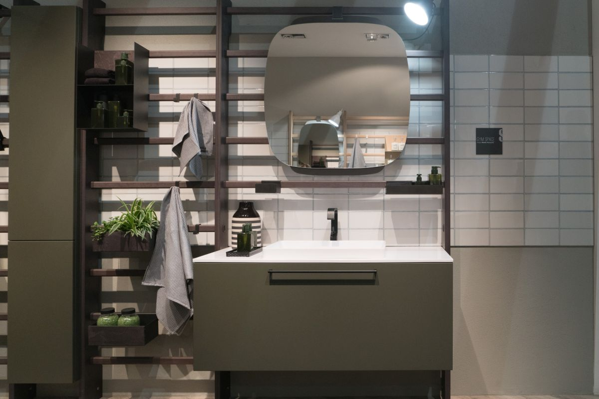 Thanks to the modularity of the design and the multitude of accessories available, the bathroom can be configured in lots of different ways