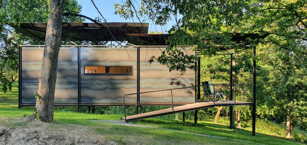 A ramp provides access to the terrace and the interior of the cabin