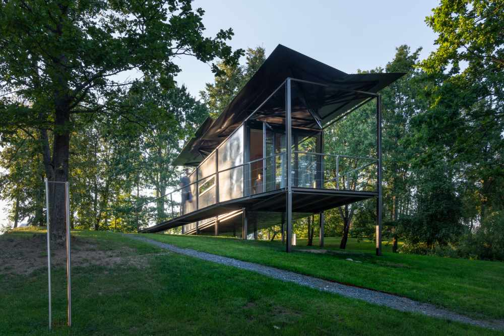The raised floor allows the cabin to have minimal impact on the site and its natural surroundings