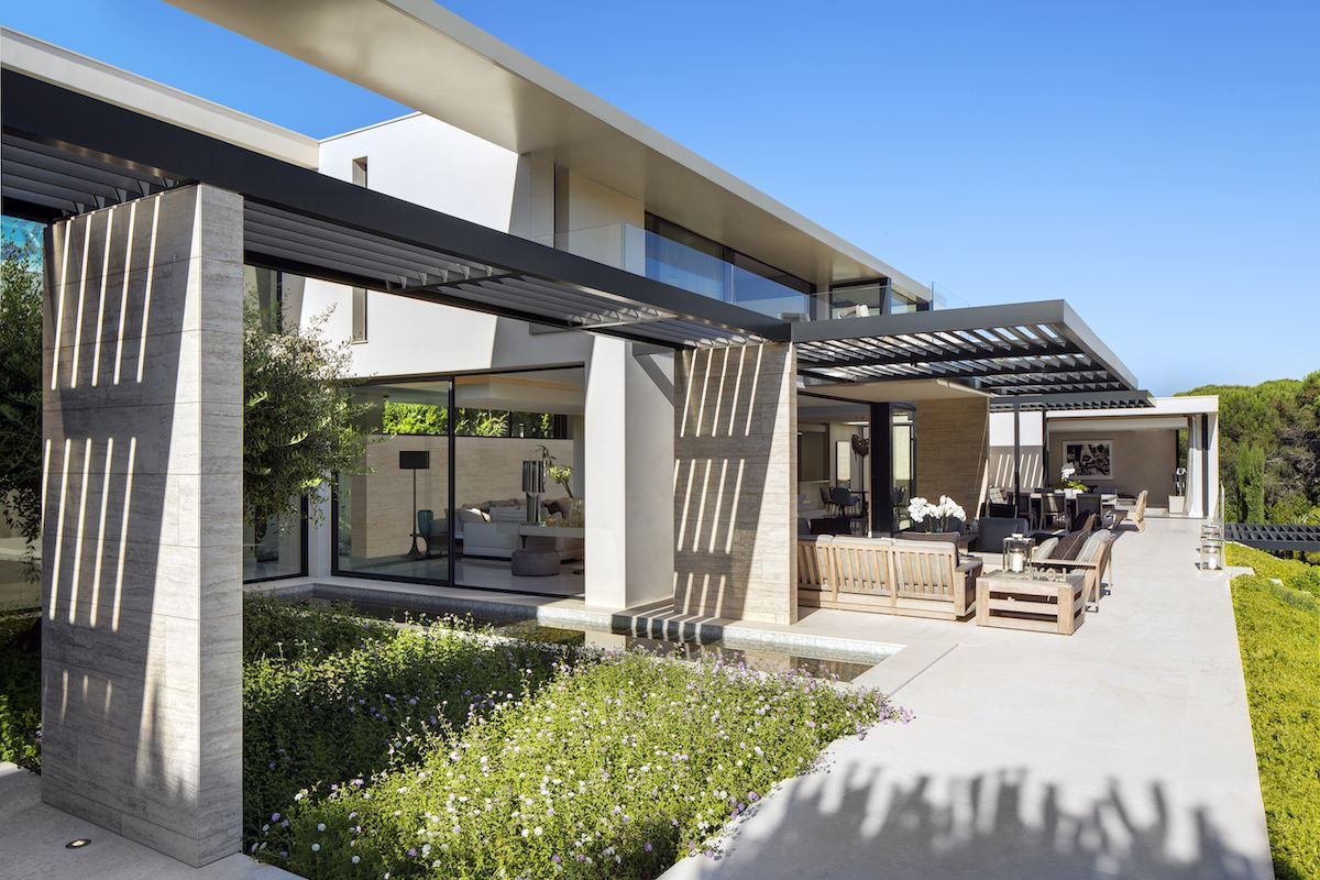 The house makes the most of its surroundings and location by featuring seamlessly connected indoor-outdoor areas