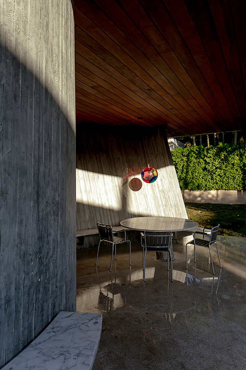 The curved wall is actually a leitmotif for the house, the concept being reiterated in various forms