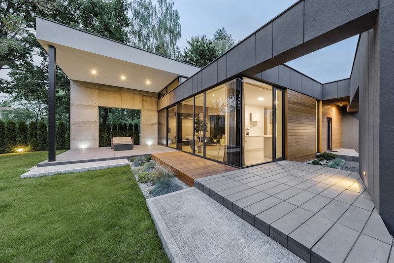 The house is structured into two volumes with different ceiling heights, one of which has a mezzanine level