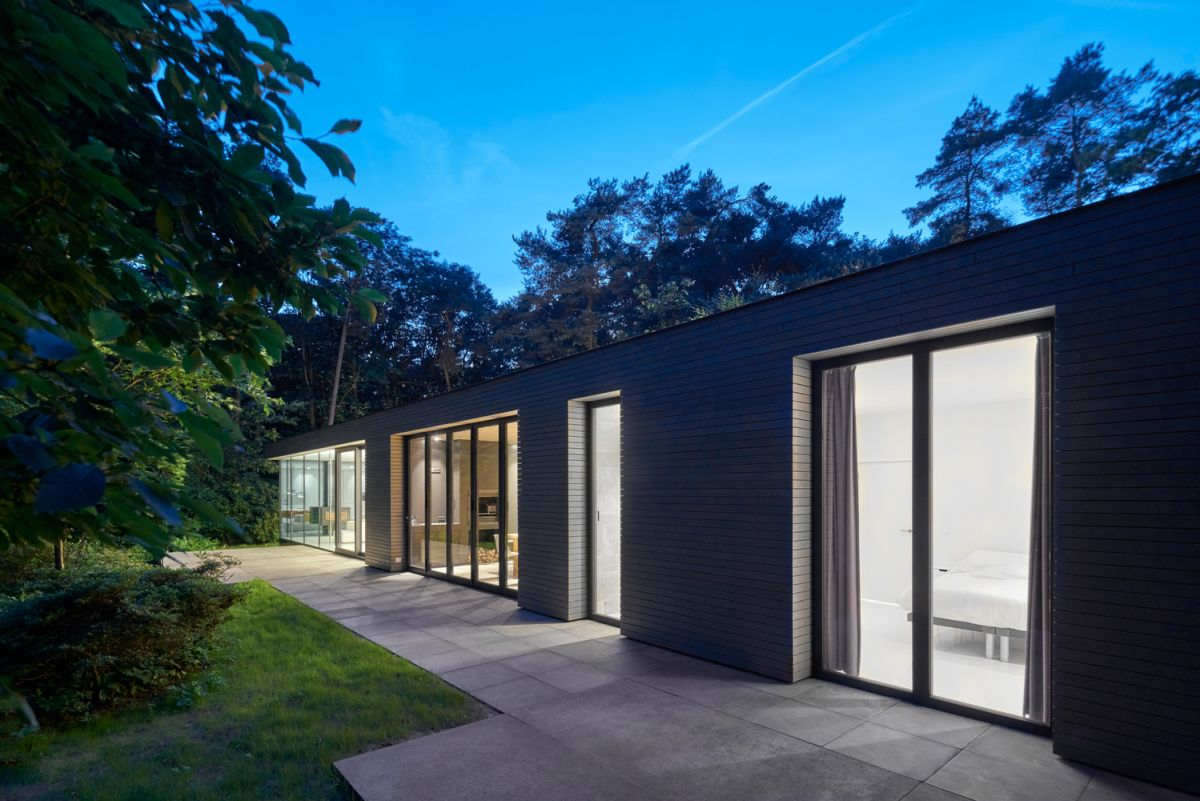 The new facade of the house is neutral in color and simple in design, allowing the focus to be on a landscape