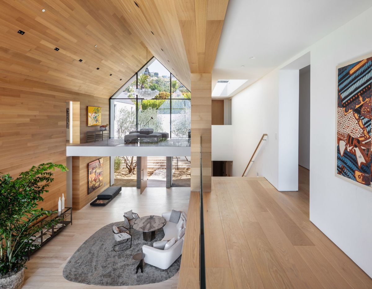 The staircase fits in between the parallel volumes and connects the upper and lower spaces