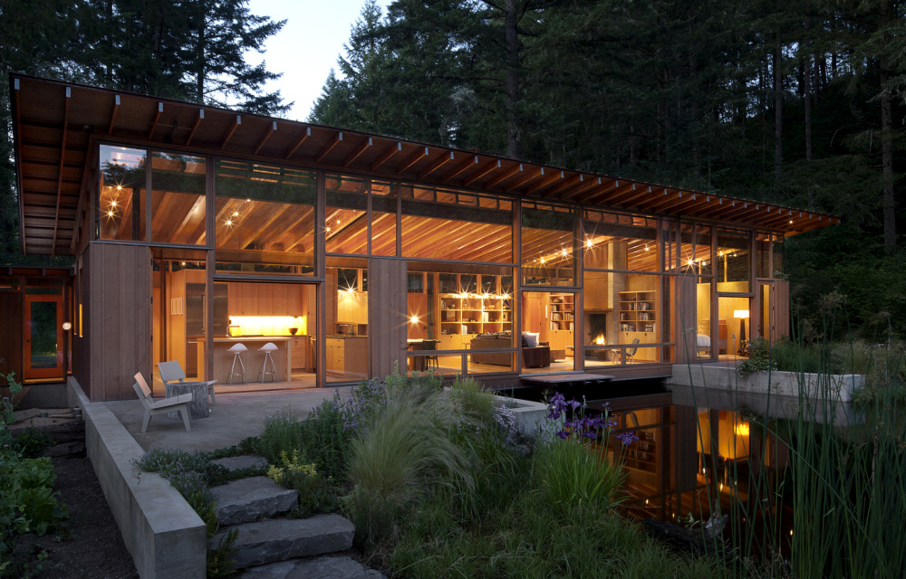 The house and the area around it make use of local materials and native vegetation