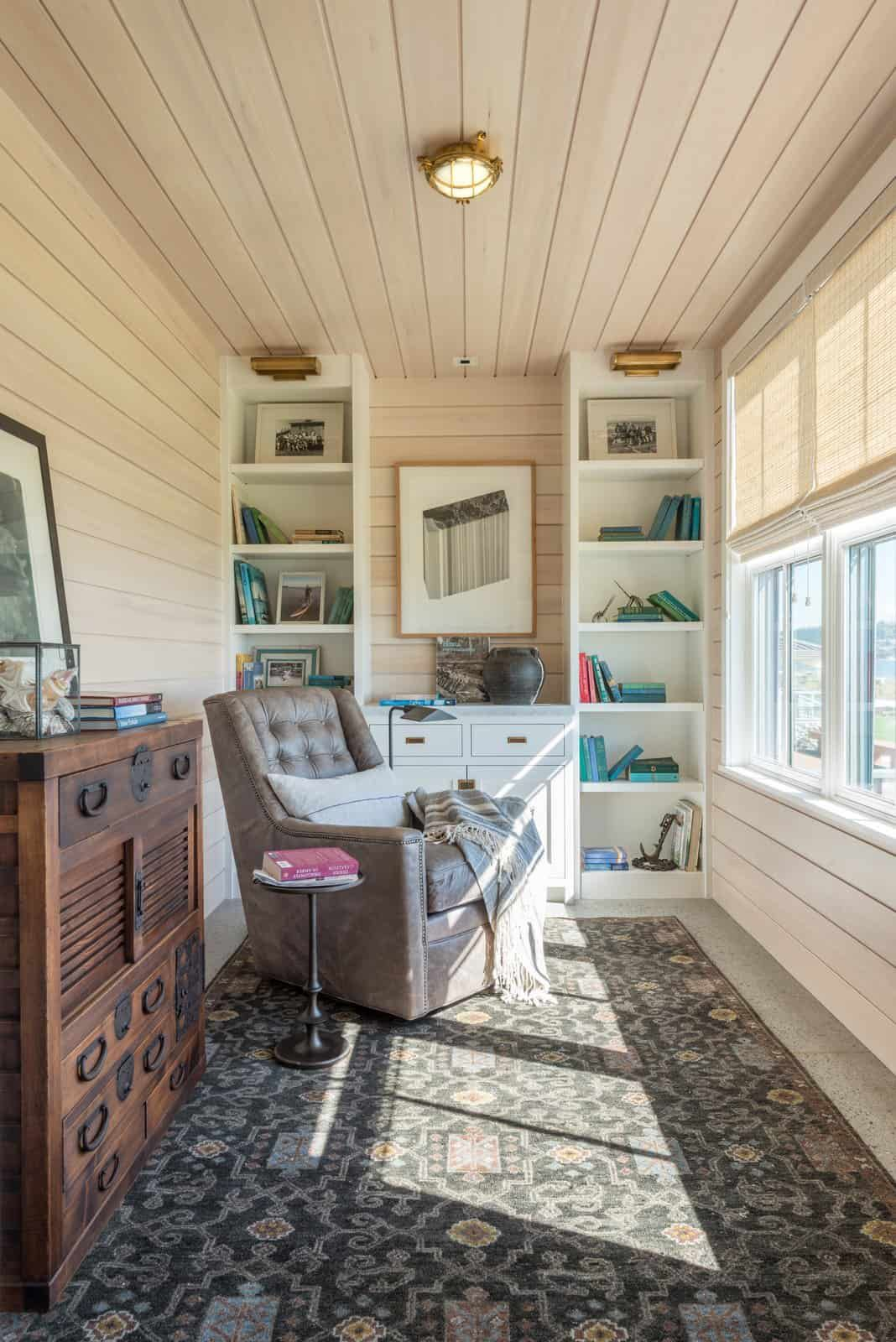 A reading nook was set up in front of a window, furnished with charming retro pieces