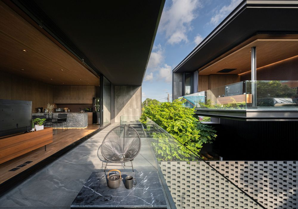 One can see the bedroom and the courtyard from the living room and vice versa, allowing the owners to always maintain visual contact