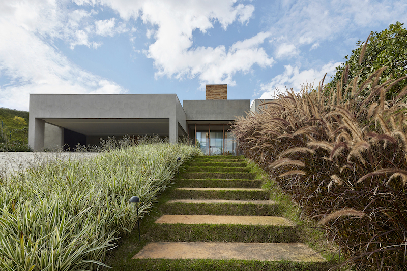 One of the main priorities of the project was to integrate the house into its surroundings