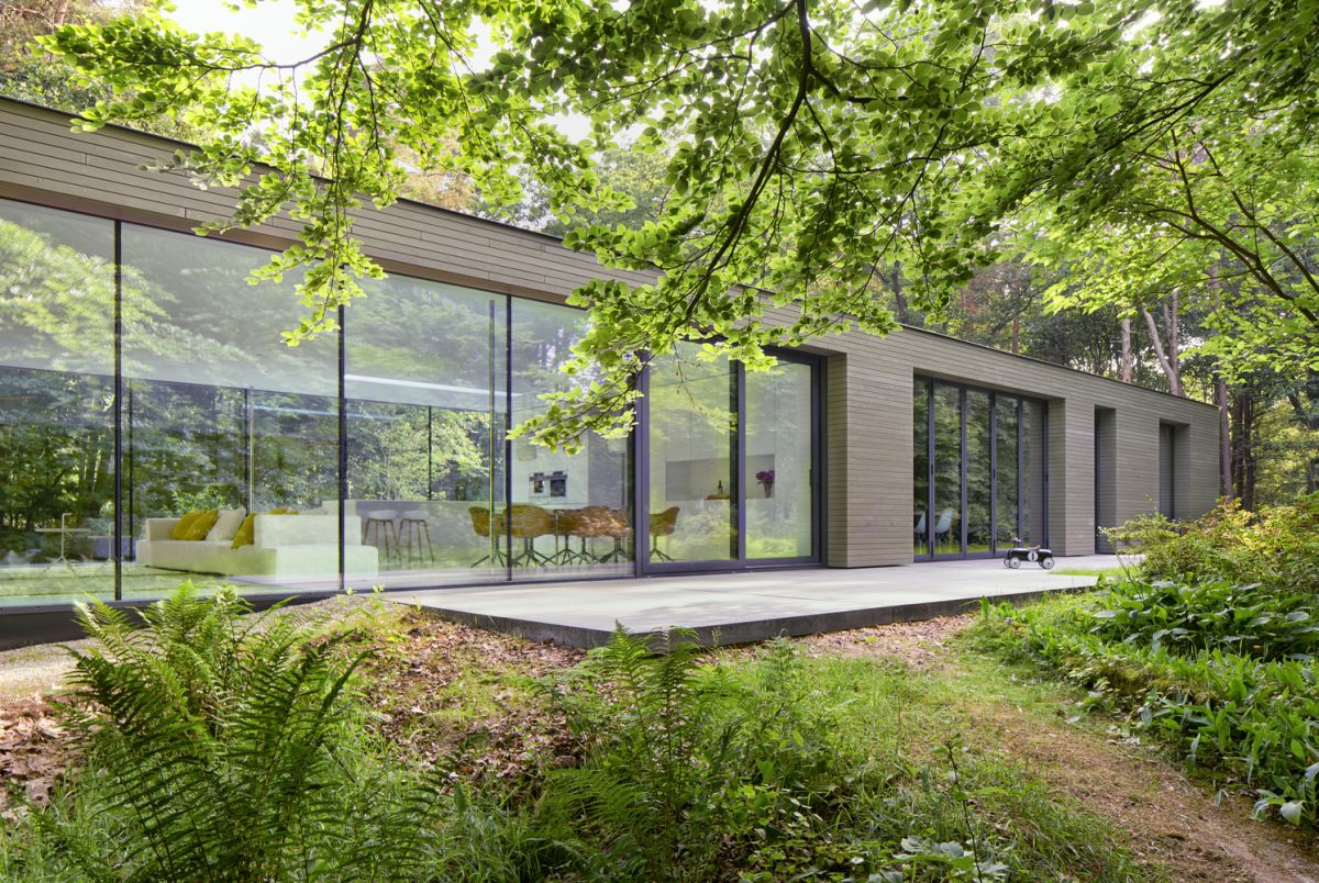 The house gradually becomes closed towards the East, where the private spaces are situated