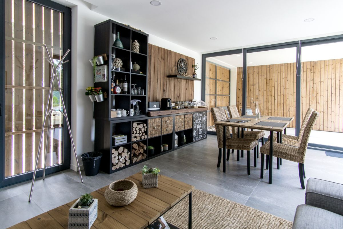 Inside, the house has a simple and modern design defined by pure and natural materials