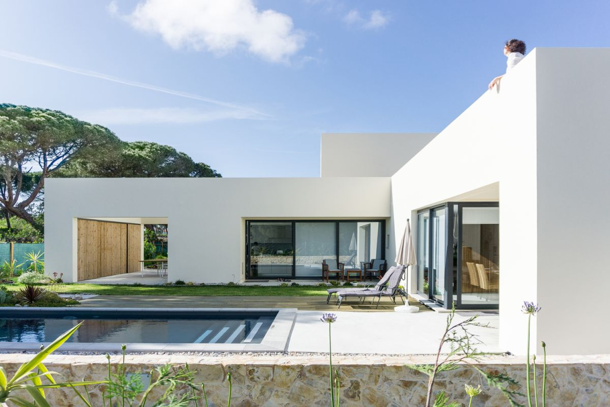 The entire exterior of the house is white and that gives it a very pure and minimalistic look