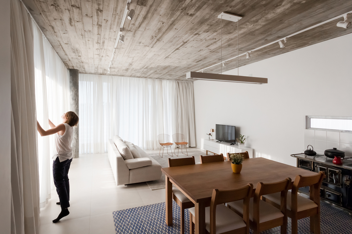 The ceiling, although made of concrete, looks a lot like wood and this adds warmth to the decor
