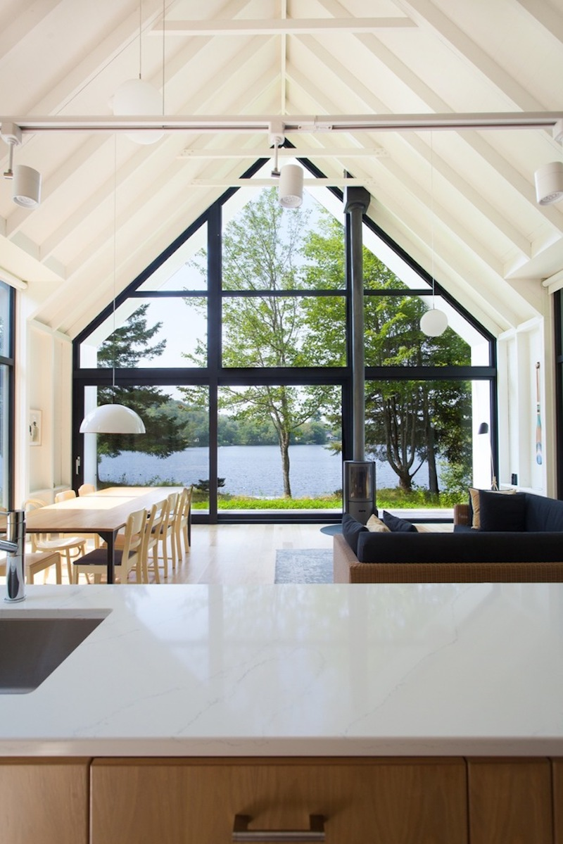 The south-facing facade is fully open to the view of the lake and lets in lots of natural sunlight