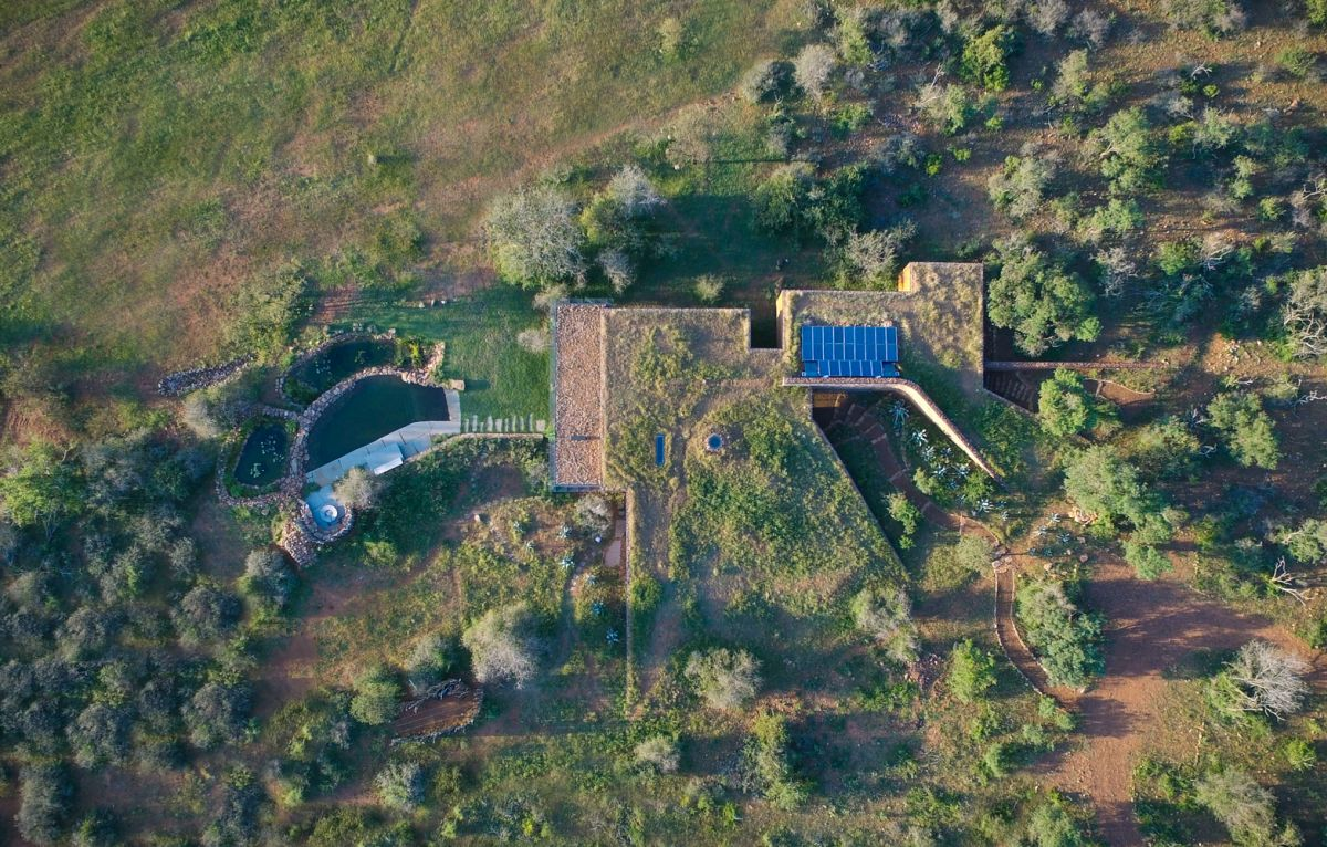 The house shows great respect towards its natural surroundings, taking advantage of this beauty