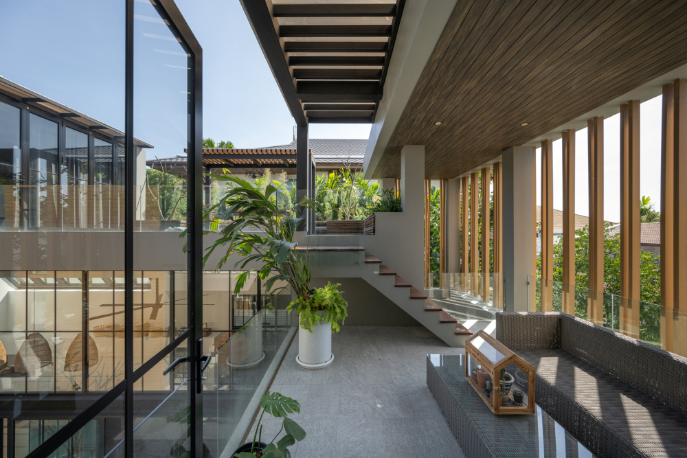 The large windows and glazed surfaces give the indoor areas a very open and airy feel