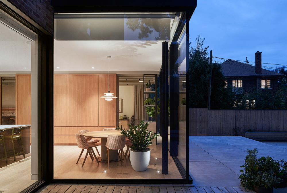 Floor-to-ceiling windows and sliding doors ensure a smooth transition between the public spaces and the outdoor areas