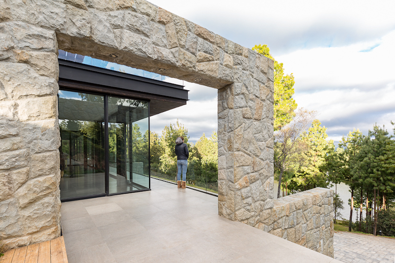 The stone arch is a cool feature, especially in contrast with the glazed facade of the extension