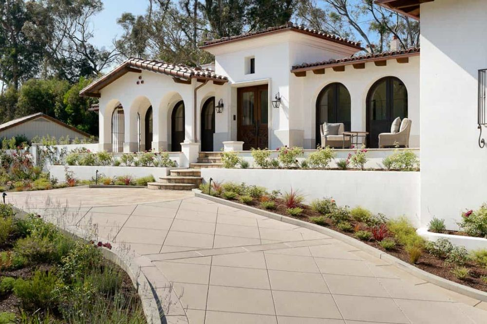The exterior of the house is simple and white, in tone with the Mediterranean-style architecture
