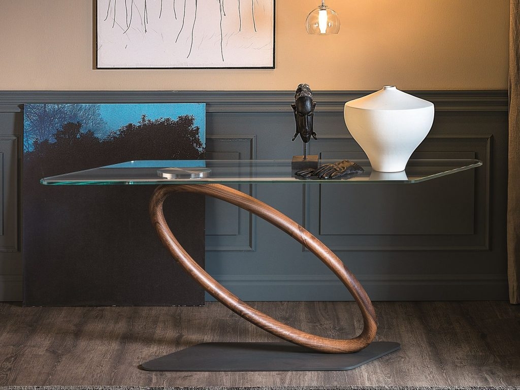 tour-leaning-console-table